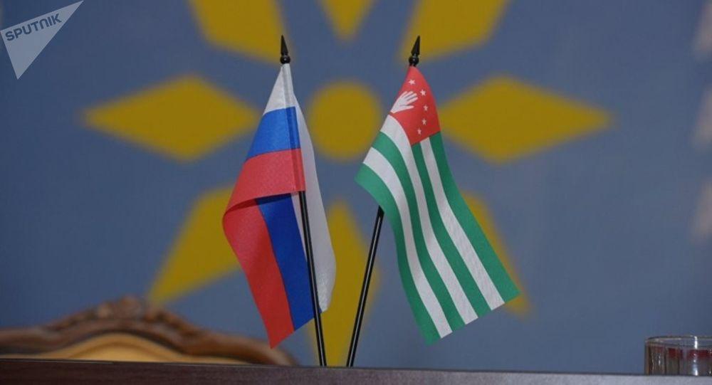 Флаги Абхазии и России