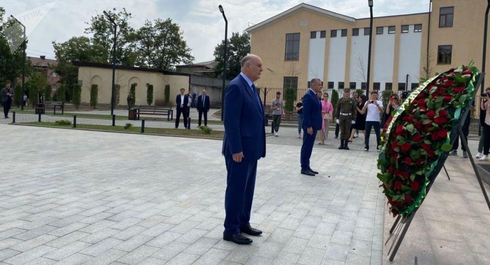 Делегация Абхазии почтила память павших Защитников Отечества в Цхинвале
