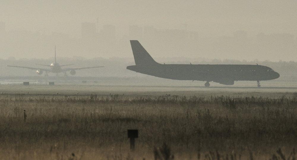 Самолеты на перроне аэропорта. Архивное фото.