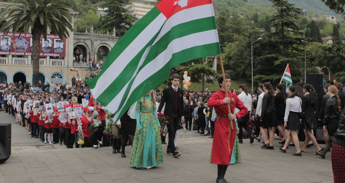 Руководство Гагры и общественность возложили цветы у памятника Неизвестному Солдату