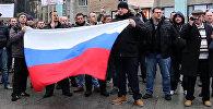 Кельнцы с флагами РФ вышли на митинг из-за инцидента с девочкой в Берлине