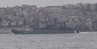 Десантный корабль ВМФ РФ прошел Босфор в сопровождении турецких катеров.