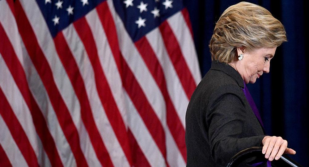 Кандидат в президенты США Хиллари Клинтон от демократической партии спускается по лестнице после признания поражения кандидату от республиканской партии Дональду Трампу в Нью-Йорке 9 ноября 2016 года