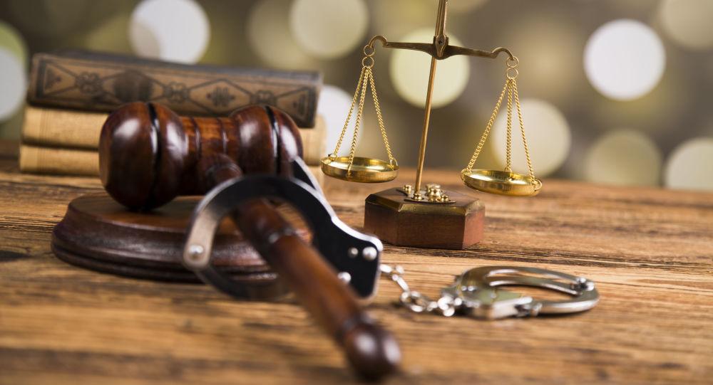 Весы Фемиды, наручники и судейский молоток