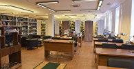 Читальный зал краеведческого отдела. У посетителей даже есть возможность увидеть первый Анбан.