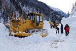 Расчистка снежных завалов и принудительный спуск лавин на Транскавказской автомагистрали
