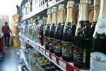 Алкогольная продукция на прилавке магазина.