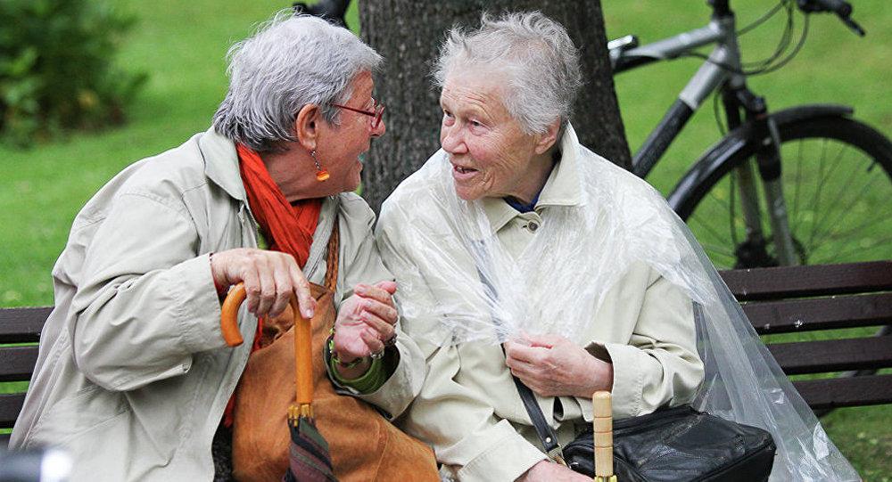 Пожилые женщины в парке