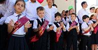 Учащиеся школы №3 на торжественной линейке, посвященной Дню знаний в Сухуме