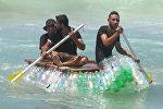 Бедный палестинский рыбак построил лодку из бутылок