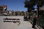 Жители на улице в сирийском городе Дейр-эз-Зор.