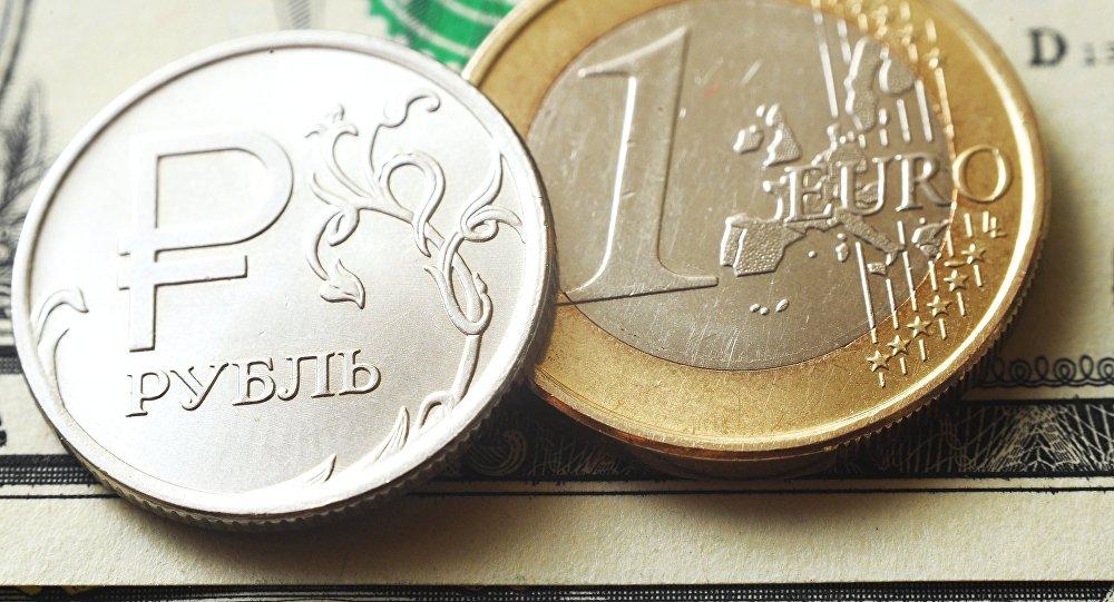 Монеты номиналом один рубль, один евро на банкноте один доллар США.