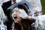 Студенты на традиционная битве пеной для бритья в Сент-Эндрюсском университете Шотландии