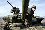 Украинский военнослужащий на танке. Архивное фото