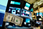 Долларовая купюра прикреплена к монитору компьютера трейдера на Ньюркской фондовой бирже