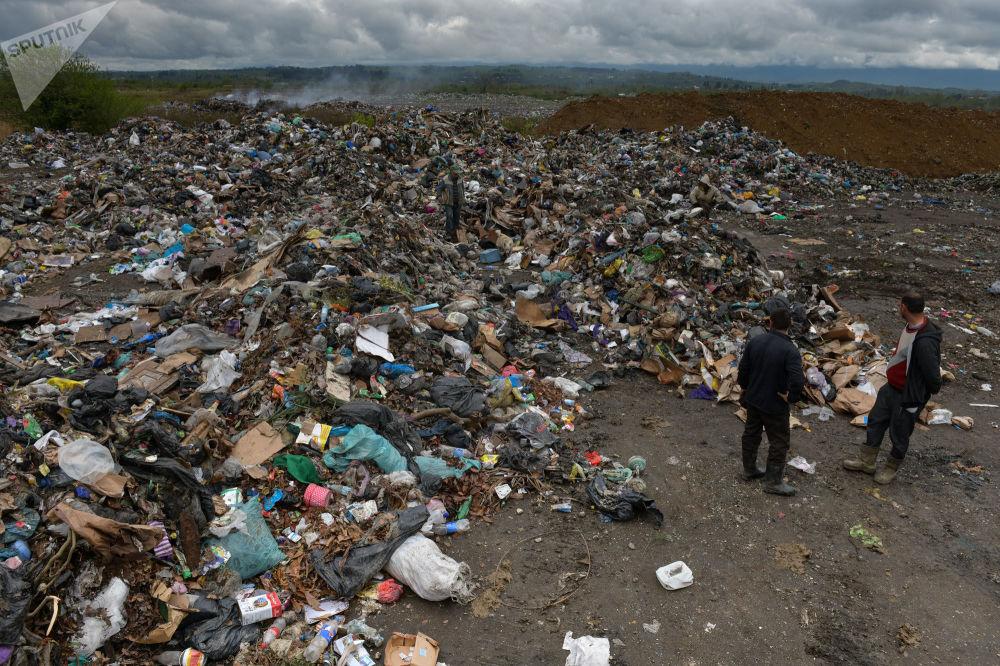 Местные жители на мусорном полигоне в Галском районе.