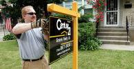 Вывеска агентства нежвижимости перед домом в Чикаго