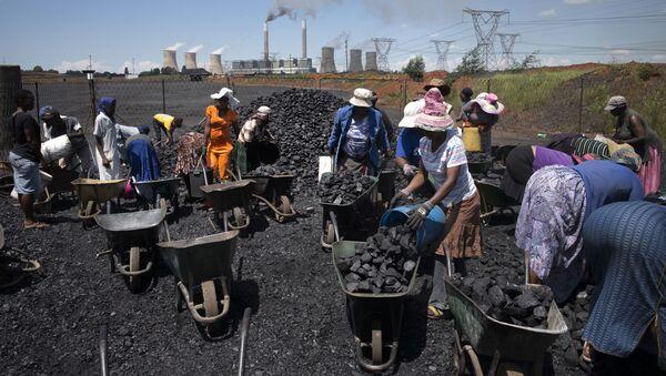 Женщины набирают уголь в тачки в ЮАР - Sputnik Абхазия