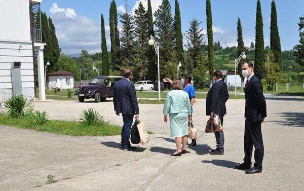 Делегация представителей Министерства здравоохранения Российской Федерации посетила Гудаутскую ЦРБ и Сухумскую инфекционную больницу - Sputnik Абхазия