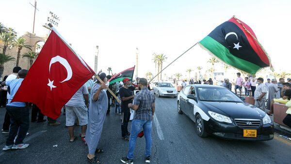 Люди машут флагами Ливии и Турции во время демонстрации на площади Мучеников в центре ливийской столицы Триполи - Sputnik Абхазия