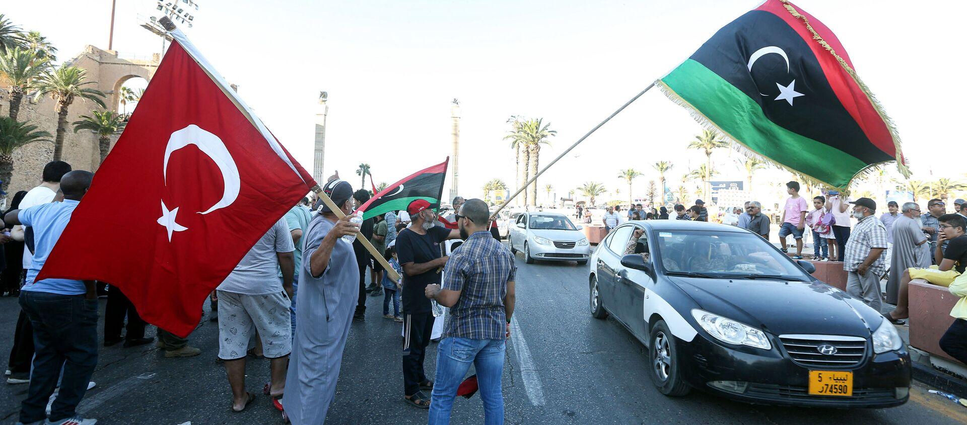 Люди машут флагами Ливии и Турции во время демонстрации на площади Мучеников в центре ливийской столицы Триполи - Sputnik Абхазия, 1920, 24.07.2020