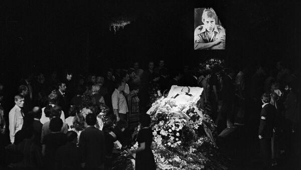 Похороны популярного советского актера театра и кино, поэта и певца Владимира Высоцкого (1938-1980 г.г.). Гражданская панихида и церемония прощания в здании Театра на Таганке 28 июля 1980 года. - Sputnik Абхазия
