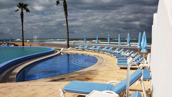 Шезлонги у бассейна под открытым небом на территории отеля L'Amphitrite palace beach resort в Рабате. - Sputnik Абхазия