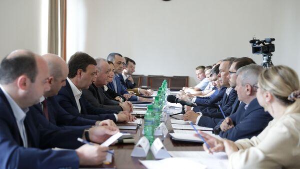 Премьер-министр Республики Абхазия Александр Анкваб провёл встречу с членами рабочей группы по проведению совместного комплексного мониторинга - Sputnik Абхазия
