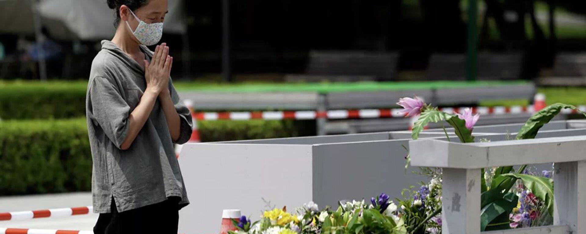Женщина молится у памятника жертвам Хиросимы  - Sputnik Абхазия, 1920, 06.08.2020