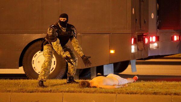 Сотрудник правоохранительных органов во время акции протеста на одной из улиц в Минске - Sputnik Абхазия