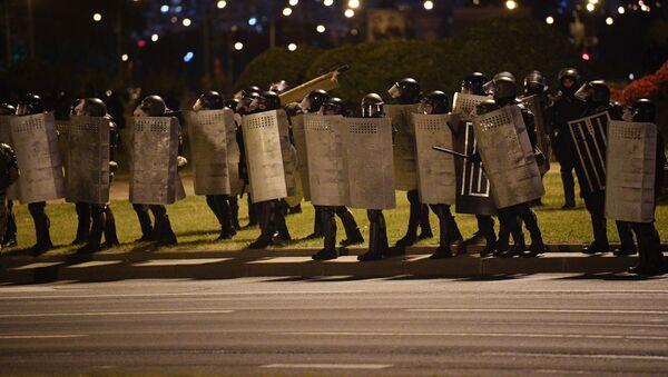 Сотрудники правоохранительных органов во время акции протеста на одной из улиц в Минске - Sputnik Аҧсны