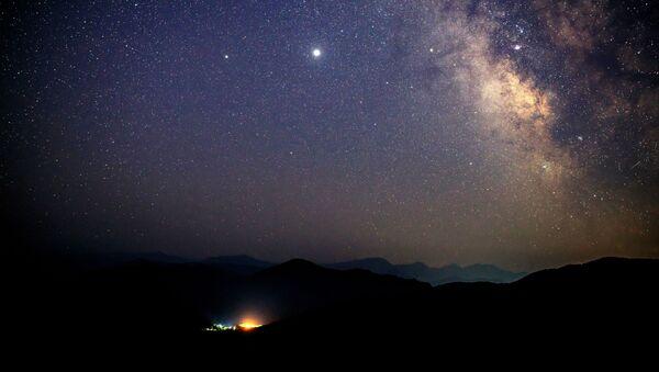 Звездное небо, наблюдаемое в Краснодарском крае во время метеорного потока Персеиды - Sputnik Абхазия