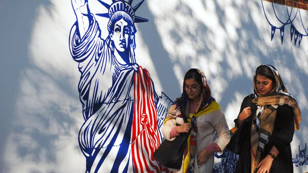 Граффити перед бывшим посольством США в Тегеране - Sputnik Абхазия