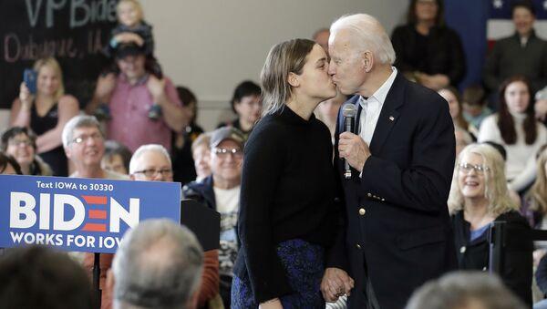 Кандидат в президенты от Демократической партии, бывший вице-президент Джо Байден целует свою внучку Финнеган Байден во время предвыборного выступления, 2020 год - Sputnik Абхазия