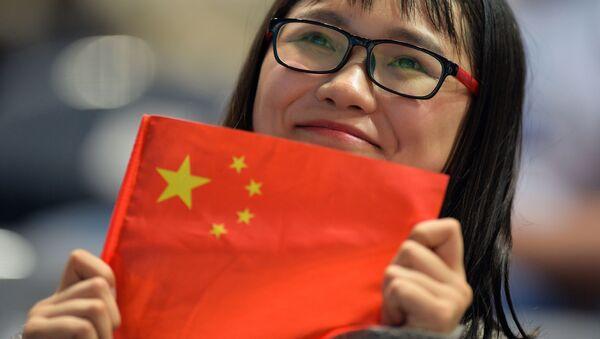 Китаянка с флагом  - Sputnik Абхазия