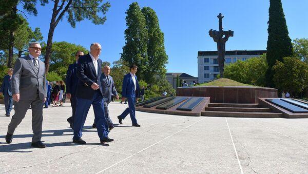 Возложение цветов в Парке Славы  - Sputnik Абхазия