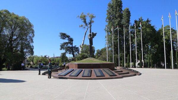 Церемония возложения цветов к Мемориалу Славы в Сухуме - Sputnik Абхазия