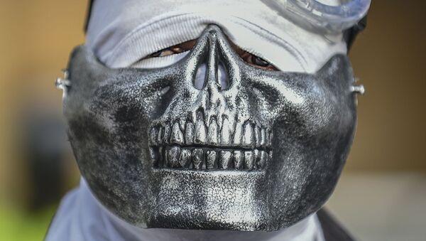 Мужчина в креативной маске во время протеста в Боготе, Колумбия - Sputnik Абхазия