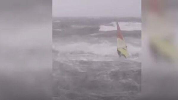 Виндсёрфер в бушующем море и летающие крыши: очевидцы публикуют видео с тайфуном «Майсак» в Приморье - Sputnik Абхазия