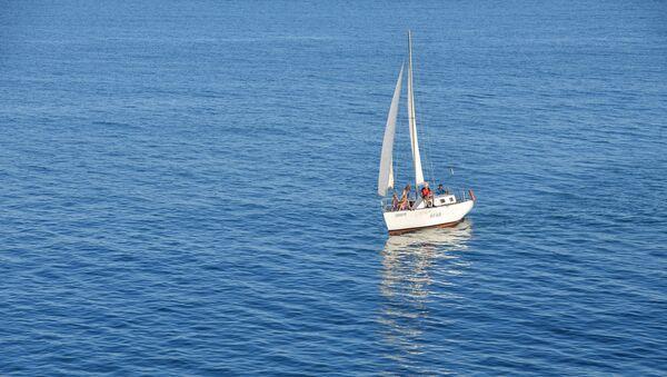 Парусная яхта в сухумской бухте  - Sputnik Абхазия