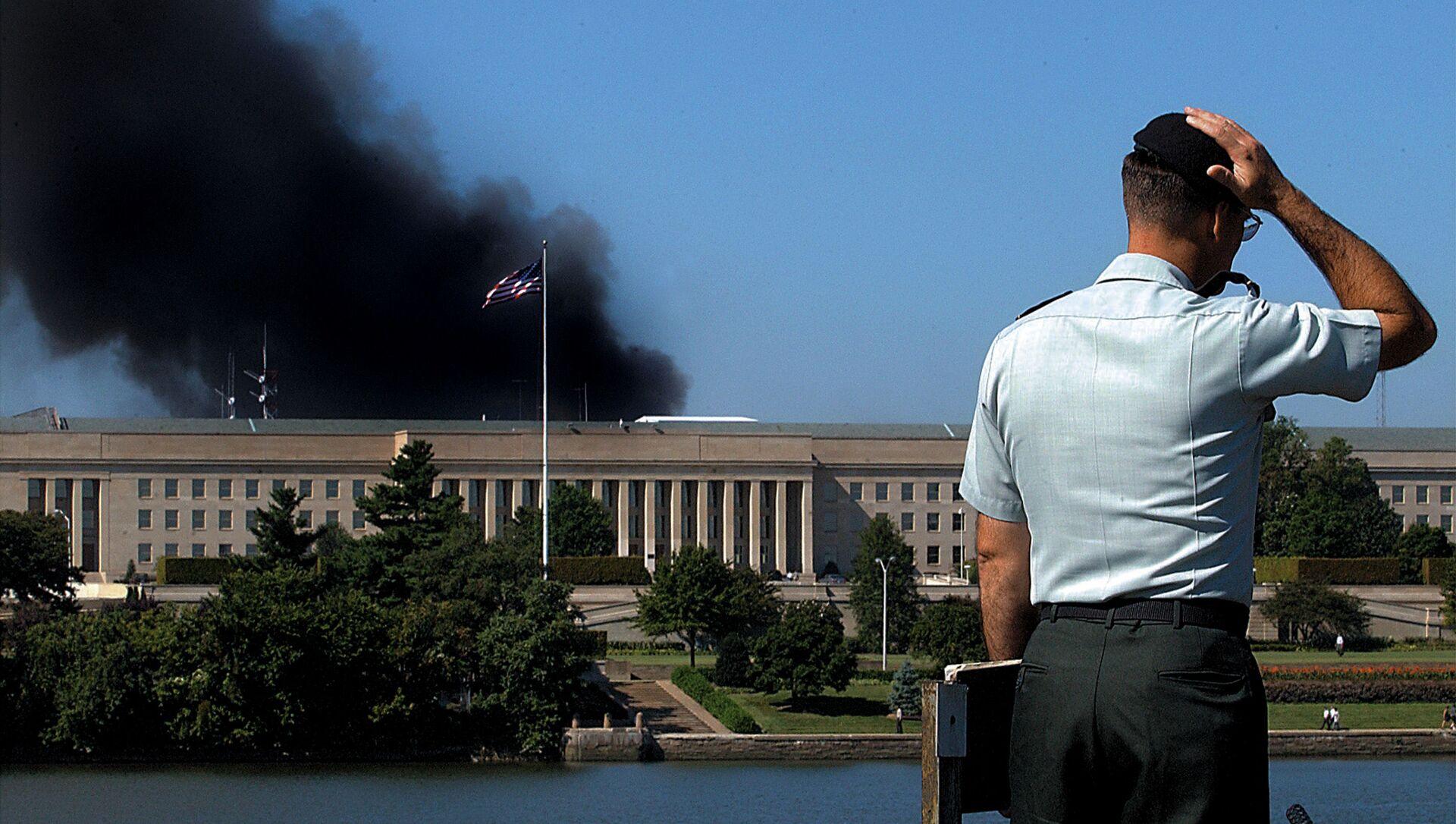 Сотрудник у здания Пентагона после теракта 11 сентября, США - Sputnik Абхазия, 1920, 06.09.2021