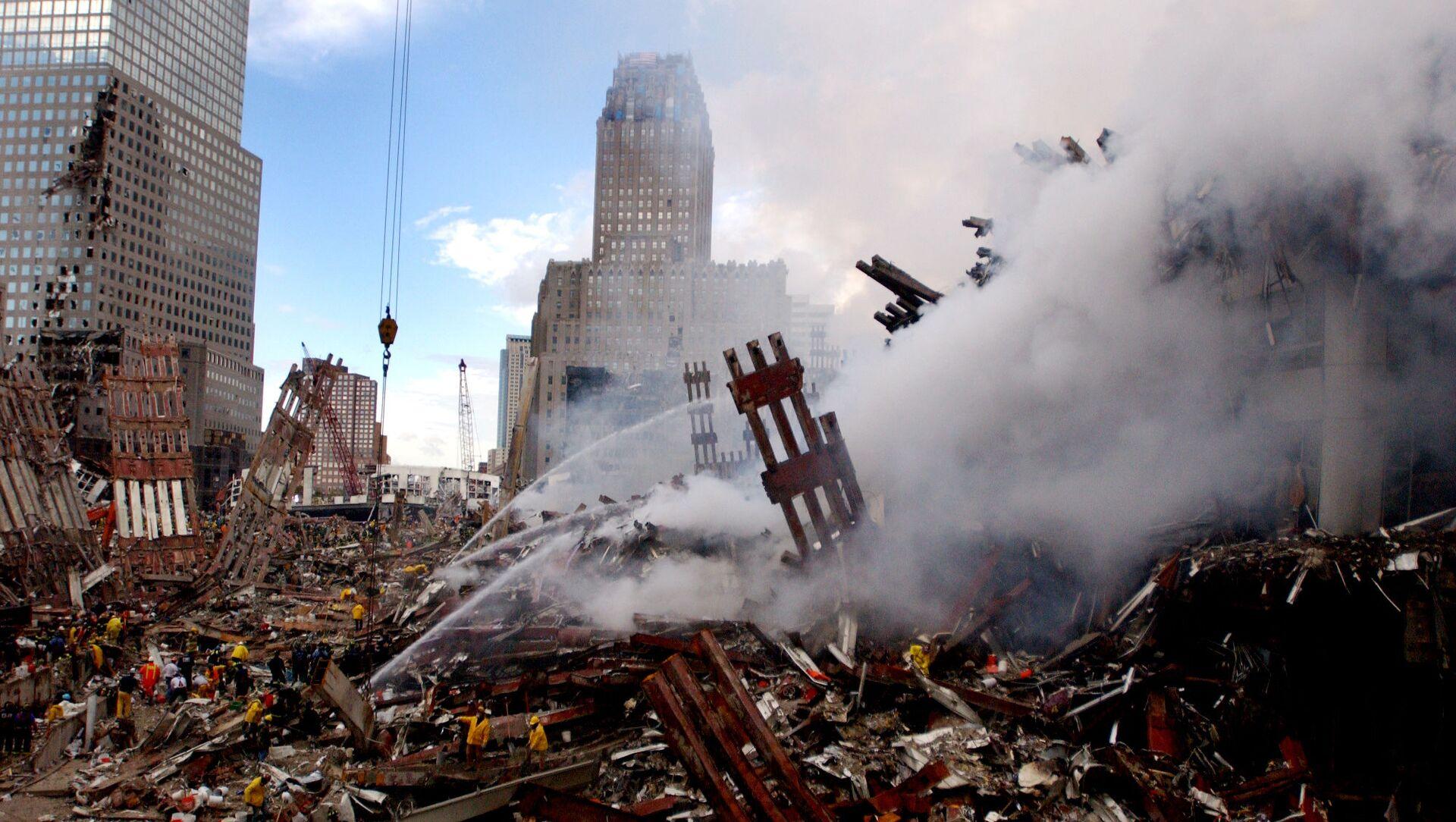 Тушение пожара на месте атакованного Всемирного торгового центра 11 сентября в Нью-Йорке  - Sputnik Абхазия, 1920, 12.09.2021