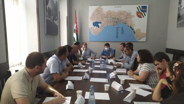 Председатель городского Собрания Дмитрий Маршания пригласил на совещание своих коллег - Sputnik Аҧсны