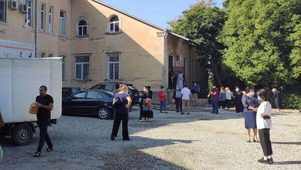 Очередь у инфекционной больницы  - Sputnik Абхазия