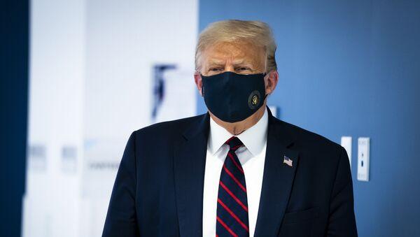 Президент США Дональд Трамп в защитной маске - Sputnik Абхазия