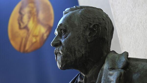 Бюст Альфреда Нобеля перед объявлением лауреатов Нобелевской премии по физиологии и медицине 2020 года в Каролинском институте в Стокгольме - Sputnik Аҧсны