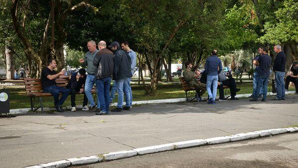 На площади Свободы собрались родственники и друзья помощника президента Абхазии по международным связям Ахры Авидзба - Sputnik Аҧсны