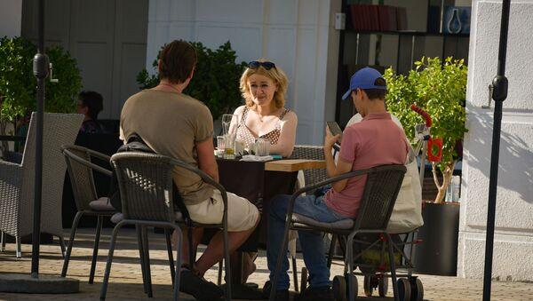 Посетители летнего кафе  - Sputnik Абхазия