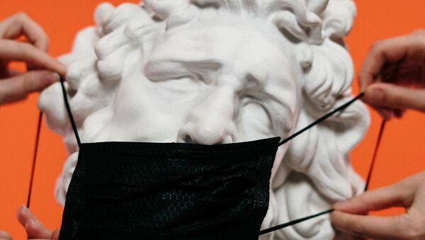 Маска на скульптуре  - Sputnik Абхазия