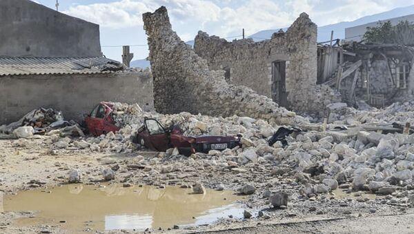 На этом снимке изображена разрушенная машина и рухнувшие здания после землетрясения на острове Самос 30 октября 2020 года - Sputnik Аҧсны